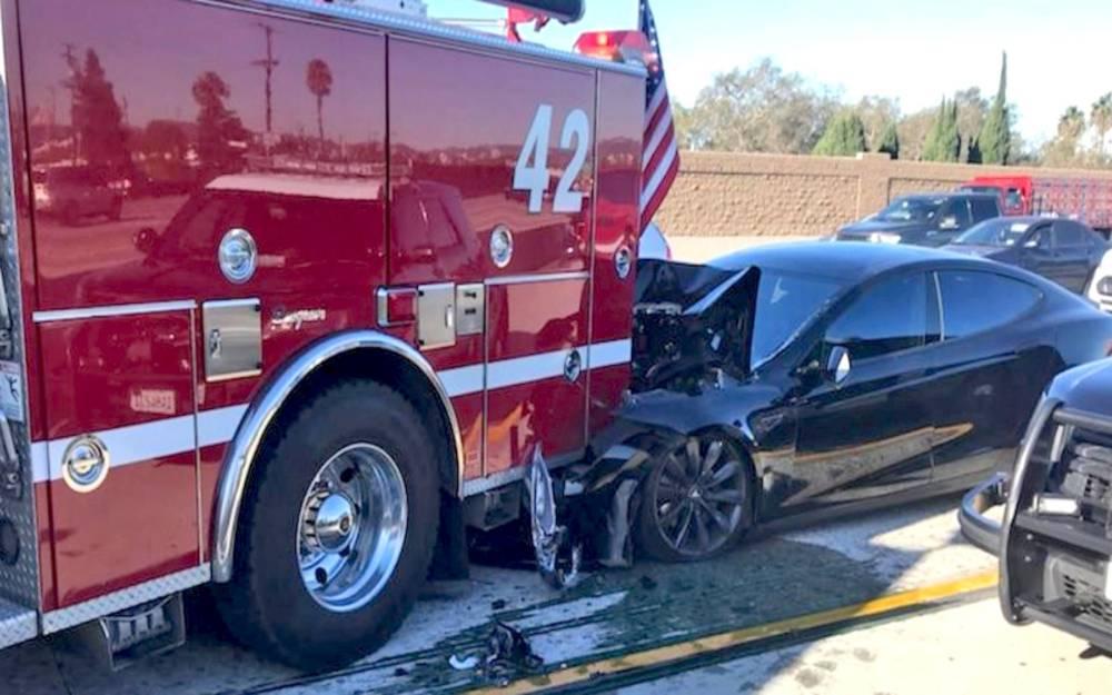 tűzoltóba csapódott Tesla Model S