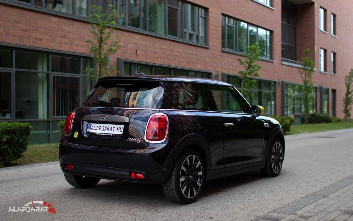 2020-as MINI Cooper SE hátulról